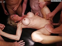 Fitness MILF knows how to fuck and suck at the team fuck