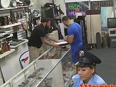 Pawning police babe facialized for cash